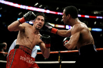 MargaritoMosleyfight1 Boxing Result: Shane Mosley Shocks Antonio Margarito In Los Angeles
