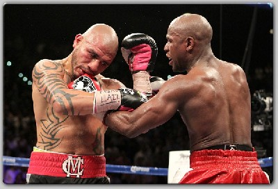MayweatherCottofight1 Mayweather Wins WBA Belt Over Cotto In Thriller